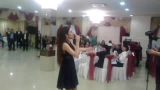 девушка на свадьбе красиво поет