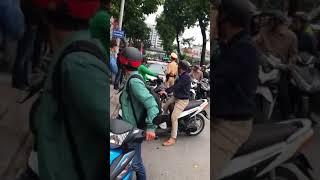 Bị CSGT Hà Nội yêu cầu xuống ô tô, nữ tài xế hét 'Tránh ra, tao đang bận'