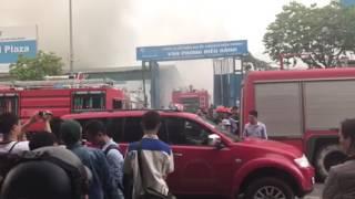Cháy lớn nhà xưởng ở Phạm Hùng, Hà Nội: Một chiến sỹ PCCC đi cấp cứu