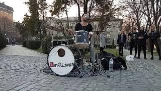 Хороший парень играет на барабанах...