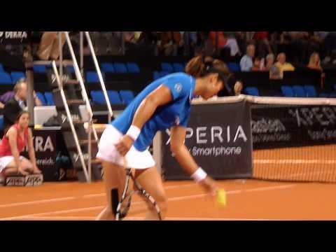Li Na beim Aufschlag beim WTA in Stuttgart Porsche Tennis - tenniswelt.biz -