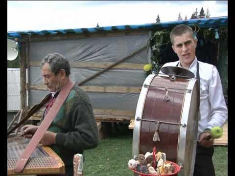 грають весільні музики.avi