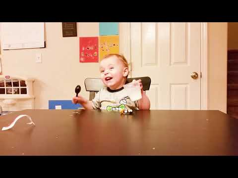 笑わないようにしてください すべてに対するおかしな赤ちゃんの反応