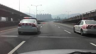 高速公路警車擋道