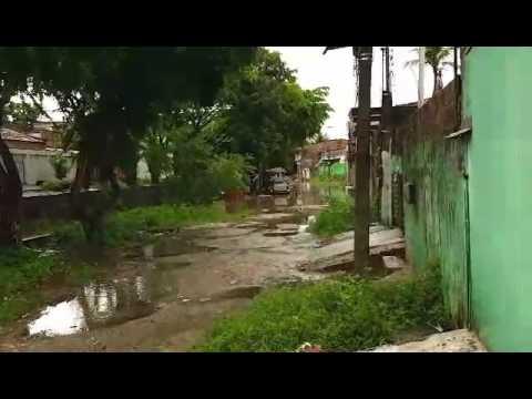 [COTIDIANO] Leitora registra canal transbordando no bairro de Areias, no Recife
