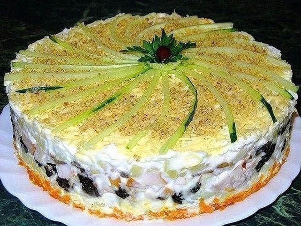 В этом рецепте для лодочек предусмотрено три разных салата.