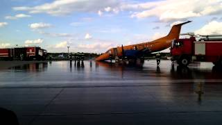 Аварийная посадка самолета компании «РусЛайн» в Домодедово(Самолет авиакомпании «РусЛайн», выполнявший рейс из Ульяновска в Москву, совершил аварийную посадку в..., 2015-08-01T05:34:22.000Z)