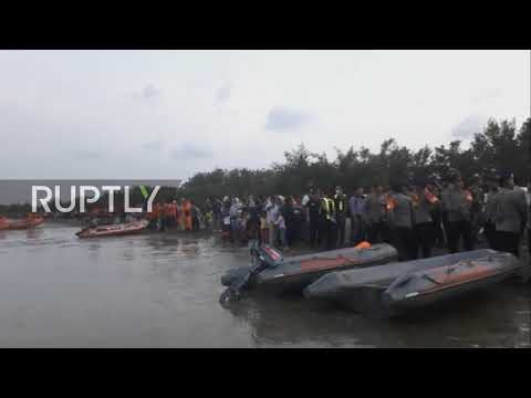 Indonesia: Emergency personnel respond to Lion Air JT-610 crash