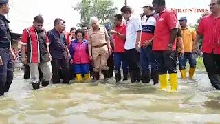 PM wades through floodwaters to reach evacuees at Permatang Pauh relief centre