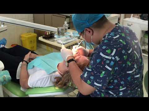 Стоматолог клиники за работой