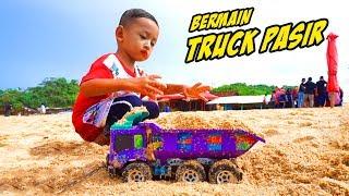 Main Gelembung Sabun Superhero Sambil Bermain Truck Pasir Di Pantai