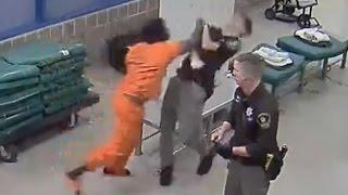 شاهد.. سجين يوجّه لكمة قوية لشرطي وكيف كانت نهايته؟