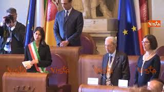 Virginia Raggi canta Bella Ciao con i partigiani in Campidoglio