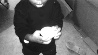 Copie De Un Bébé Qui Veut Manger Un œuf Cru