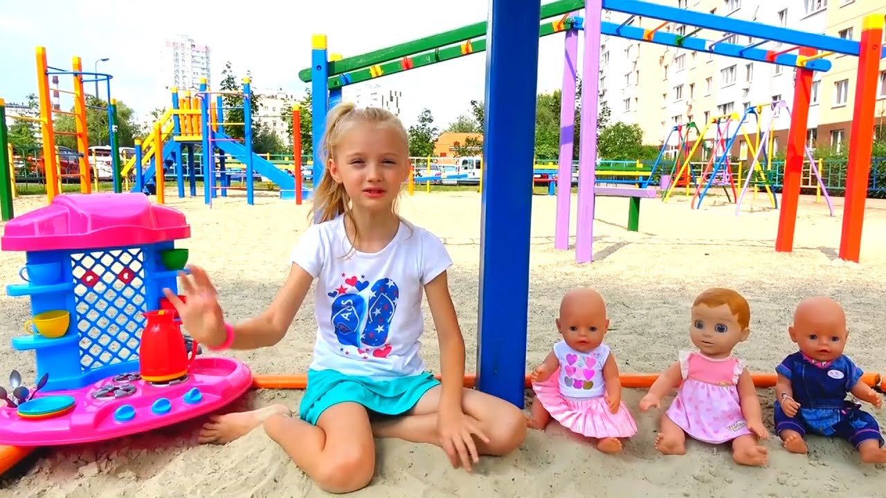 Полина играет на детской площадке с новыми игрушками