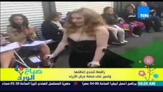 راقصة تتحدى إعاقتها وتسير على منصة عرض الأزياء