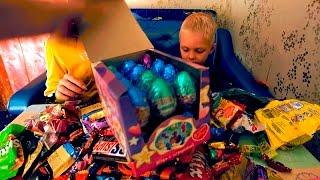 Раскрываем очень много конфет и киндер сюрпризов Unveiling a lot of candy and Kinder surprises