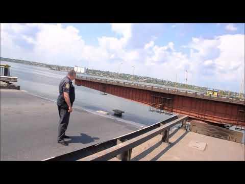 ПН TV: В Николаеве развели Варваровский мост для выхода корабля ВМС Украины