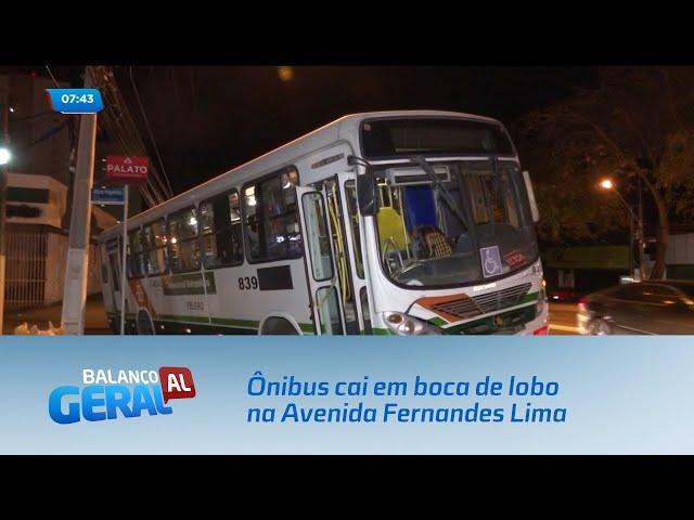 Ônibus cai em boca de lobo na Avenida Fernandes Lima