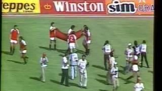 شاهد لقطات لاعبي المنتخب المصري يحملون علم المغرب و الجمهور المغربي يردد النشيد الوطني المصري