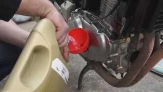 Замена масла на мотоцикле Honda CBF 500(Замена моторного масла самостоятельно на примере моего мотоцикла Honda CBF 500 строго не судите я не профи, за..., 2014-05-17T19:31:32.000Z)
