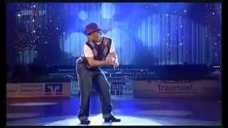 Парень классно танцует. Нереальный танец!