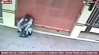Download Video السحر الأسود في وضح النهار ..؟؟ تصوير حقيقي ... إمرأة ترش السحر الأسود أمام محل تجاري MP3 3GP MP4