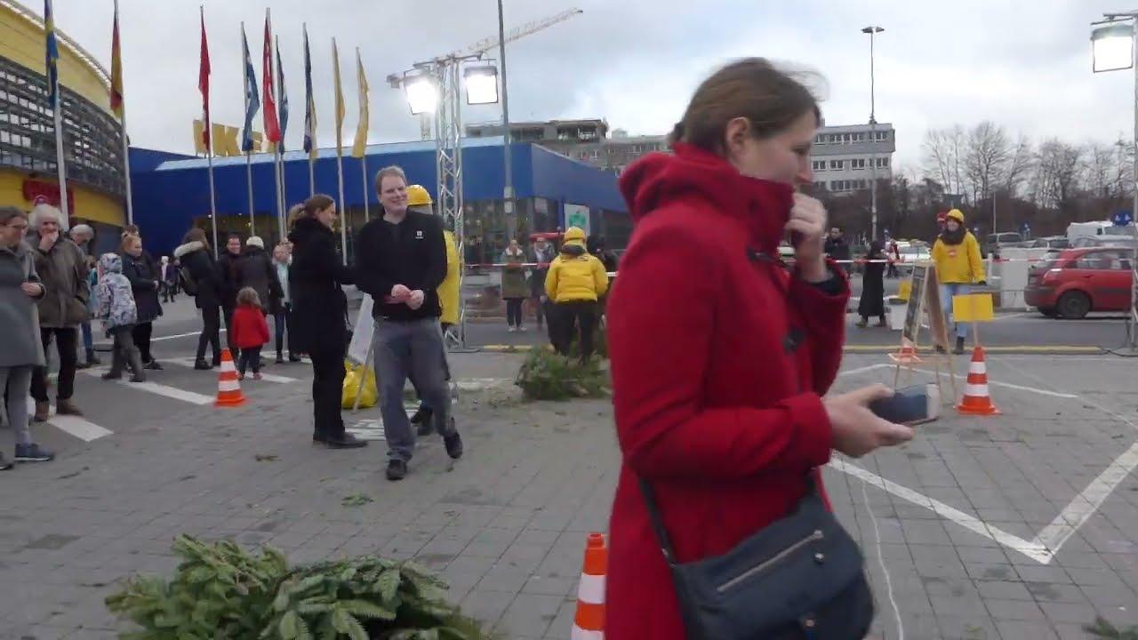Ikea Weihnachtsbaum.Bei Ikea Berlin Weihnachtsbaum Weitwurf Wettbewerb 2019