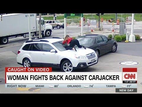 امرأة تقفز فوق سيارتها لاستعادتها من السارق