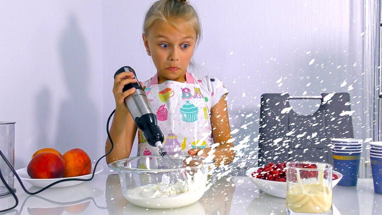 Ярослава делает мороженое | Фруктовое мороженое для детей | Tiki Taki Cook