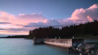 Zeitrafferaufnahmen von der der wunderschönen Natur an einem Ufer
