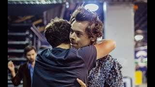 Harry Styles fighting with his hair strand  | Highlights from Vancouver