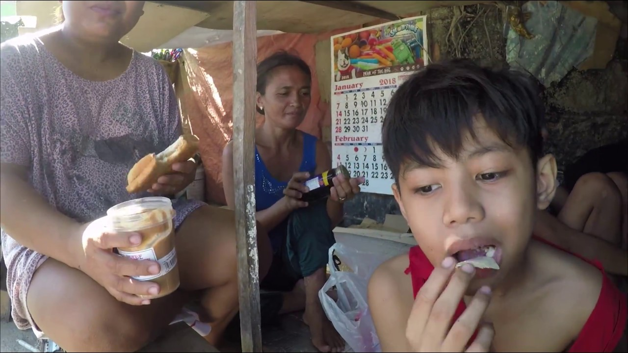 Having a meal with a homeless family - Cebu, Philippines - feeding the hungry