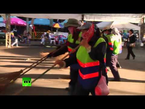 В Таиланде протестующие убирают улицы накануне дня рождения короля