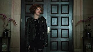 selina kyle at jim gordons apartment gotham 1x09 1 7