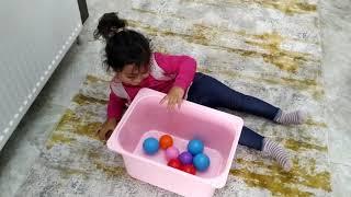 Ayşe Ebrar ile Yuvarlanarak Renkli Topları Toplama Yarışı Yaptık. Eğlenceli Çocuk Videosu