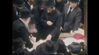 Rare footage of the Rebbe performing Havdala