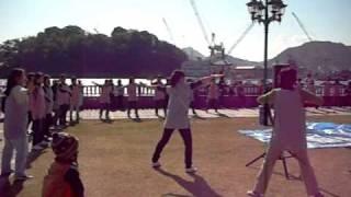 芝生広場で幼稚園のお祭りのようなテントがあり、「てっぱん」のオープニンク...