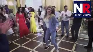 Девушка танцует на свадьбе во Владикавказе