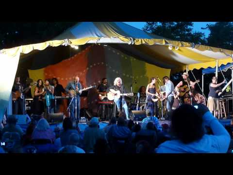 Pete Seeger, Arlo Guthrie & Family- This Land is Your Land