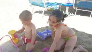 Giochi - Video divertenti- Bimbi che giocano in spiaggia-Video per bambini