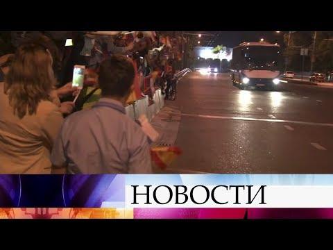 В Краснодаре сотни болельщиков встречали прибывшую на ЧМ по футболу FIFA 2018 сборную Испании. - Лучшие приколы. Самое прикольное смешное видео!