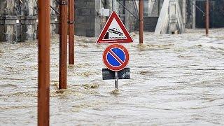بالفيديو.. مقتل شخصين وإجلاء المئات جراء السيول شمال إيطاليا