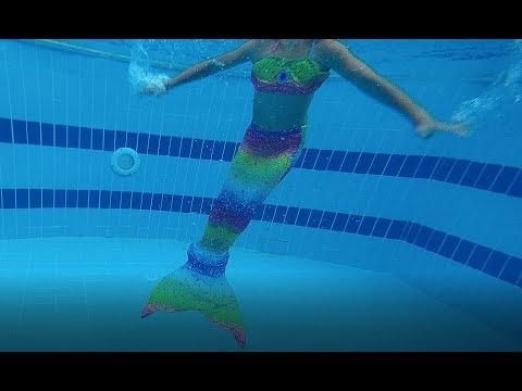 Deniz Kızı Jeep Ile Havuza Gidiyor Ve Havuzda Yüzüyor