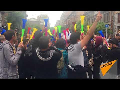 Шествие по ул. Амиряна к площади Республики 21.04.2018