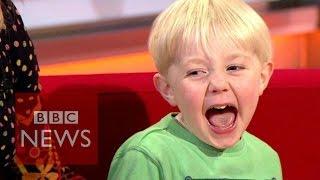 فيديو.. طفل يُنهي مقابلة والدته ويُحوّل الاستديو إلى ساحة لعب