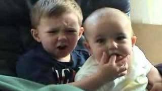 イギリスで話題になった赤ちゃんの動画...チャーリー君とハリー君 thumbnail