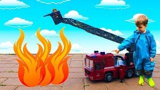 Видео про машинки для детей- Грузовик перевернулся- Пожарная машина спешит на помощь и тушит пожар