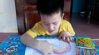 Bé tập vẽ: bé vẽ cầu vồng trong cơn mây