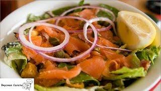 Салат с семгой и сухариками